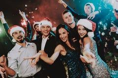 Leute in Santa Claus Cap Celebrating New Year stockfotos