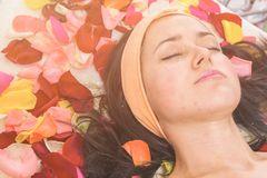 Leute-, Schönheits-, Badekurort-, Cosmetology- und skincarekonzept stockfoto