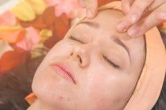Leute-, Schönheits-, Badekurort-, Cosmetology- und skincarekonzept stockbilder
