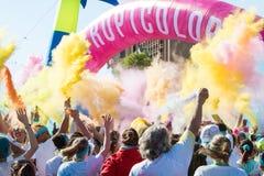 Leute schaffen Farbexplosion mit mehrfarbigen Maisstärke-Paketen Stockbilder