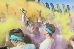 Leute schaffen Farbexplosionen mit farbigen Maisstärke-Paketen Lizenzfreies Stockbild