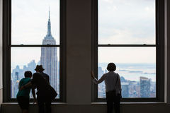 Leute schauen heraus über den Manhattan-Skylinen, New York City Lizenzfreies Stockbild