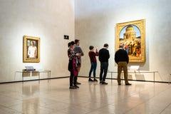 Leute schauen Malereien in Pinacoteca di Brera stockbilder