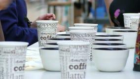 Leute schmecken heißen Kaffee stock video footage