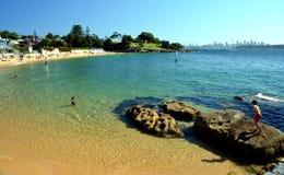 Leute schwimmen an einem warmen Tag an der Lager-Bucht Lizenzfreie Stockfotos
