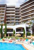 Leute schwimmen im Pool des Hotel Flamingo-großartigen Hotels am sonnigen Tag des Sommers Stockfotos