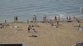 Leute schwimmen und nehmen auf dem Strand des die Wolga-Dammes ein Sonnenbad stock video