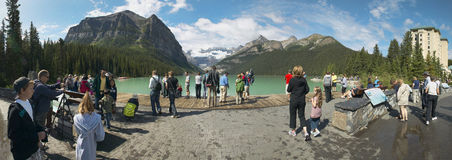 Leute am See Louis in Alberta kanada Panoramische Ansicht Stockfoto