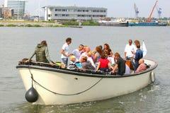 Leute segeln in einen Lastkahn während des Segelereignisses 2015 in Amsterdam, die Niederlande Lizenzfreie Stockbilder