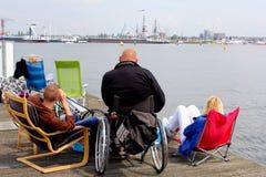 Leute sehen die tallships und die Boote während des Segelereignisses 2015 in Amsterdam, die Niederlande an Lizenzfreies Stockbild