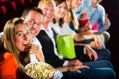 Leute sehen einen Film im Kino und haben Spaß Stockfotografie