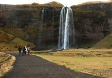 Leute an seljalandsfoss Wasserfall Stockbild