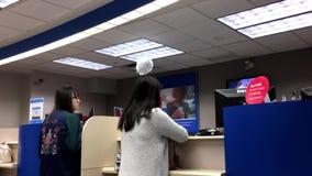 Leute am Service-Zähler sprechend mit dem Erzähler stock footage