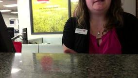 Leute am Service-Zähler sprechend mit dem Erzähler und Geld zurücknehmend stock footage