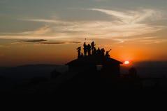 Leute silhouettieren bei Sonnenuntergang in Brasilien Stockfotografie
