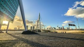 Leute silhouettieren in der modernen Stadt an der goldenen Stunde stock footage