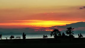 Leute silhouettieren im Sonnenuntergang stock video footage