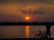 Leute silhouettieren mit schönem Himmel Lizenzfreie Stockfotografie