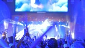 Leute silhouettieren partying und das Klatschen am Konzert der Nachtelektronischen Musik stock footage