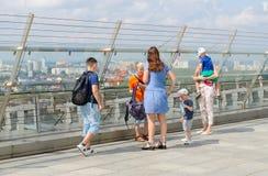 Leute sind auf Aussichtsplattform des 23. Stocks der Nationalbibliothek von Weißrussland, Minsk Lizenzfreies Stockfoto