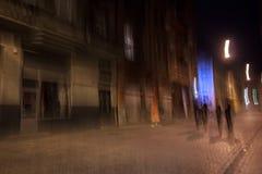 Leute sind auf den Straßen der Nachtstadt Stockfotos