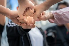 Leute sind der Fauststoß, zum von Teamwork auszudrücken stockbild