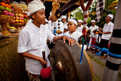 Leute sind durchgeführtes Melasti Ritual in Indonesien. Stockfoto