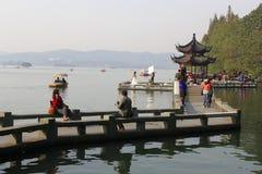 Leute sind entlang der UNESCO Westsee in Hangzhou, China entspannend Lizenzfreie Stockbilder