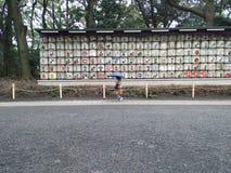 Leute sind in Meiji-Schrein lizenzfreies stockfoto