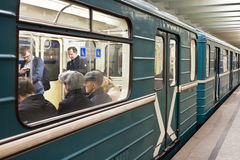Leute sind an Moskau-uderground Stockbild