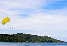 LEUTE SIND PARASAILING in Phuket Lizenzfreies Stockbild