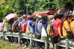 Leute sitzen auf Straßenrand Lizenzfreies Stockbild