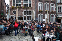 Leute sitzen in den Cafés Lizenzfreies Stockfoto