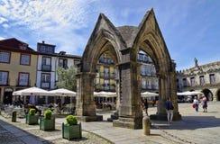 Leute sitzen in den Cafés, Guimaraes, Portugal Lizenzfreie Stockbilder