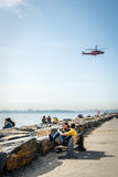 Leute sitzen an der Küste von Kadikoy in Istanbul, die Türkei Stockfotos