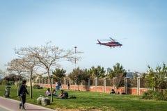 Leute sitzen an der Küste von Kadikoy in Istanbul, die Türkei Stockfotografie