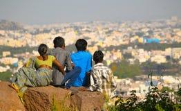 Leute sitzen in einen Felsen Lizenzfreies Stockfoto