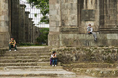 Leute sitzen am Eingang zu den Ruinen der Santiago Apostol-Kathedrale in Cartago, Costa Rica Lizenzfreie Stockfotografie