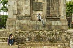 Leute sitzen am Eingang zu den Ruinen der Santiago Apostol-Kathedrale in Cartago, Costa Rica Stockbilder