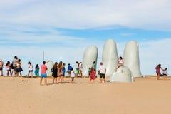 Leute am Skulptur La Mano in Punta Del Este, Uruguay lizenzfreie stockbilder