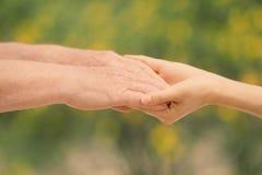 Leute, Sorgfalt und Unterstützung Geben der helfenden Hand lizenzfreie stockfotos