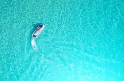 Leute spielen einen Jet-Ski im Meer Schattenbild des kauernden Geschäftsmannes Beschneidungspfad eingeschlossen morgens stockfotografie