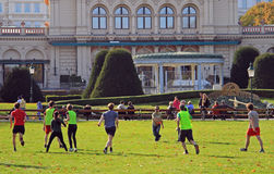 Leute spielen Frisbee im Stadtpark Stockbilder