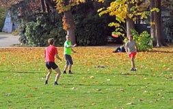 Leute spielen Frisbee im Stadtpark Stockbild