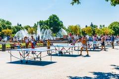 Leute spielen Klingeln pong in Park Moskaus Gorky Stockbild