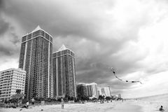 Leute spielen mit Drachen auf sandigem Strand, Miami Beach, Florida Stockfotos