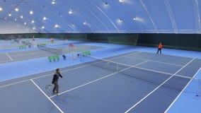 Leute spielen Tennis am Tennisplatz - Ansicht vom Fliegenbrummen stock video footage