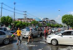 Leute spielen Wasser an Wasserfestivaltaglied Kran-Tag Lizenzfreies Stockbild