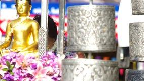 Leute sprühen Weihwasser zur Buddha-Statue in Songkran-Parade stock video footage