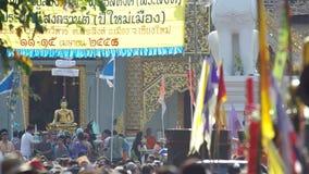 Leute sprühen Weihwasser zur Buddha-Statue in Songkran-Parade stock footage